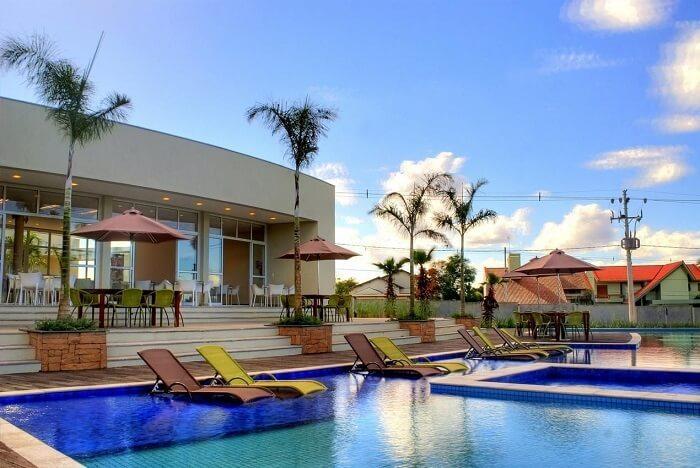 Projeto deslumbrante de piscina com prainha. Projeto de Torres e Bello Arquitetura