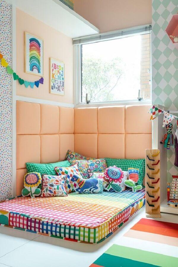 Quarto colorido com kit almofadas infantil. Fonte: MOOUI