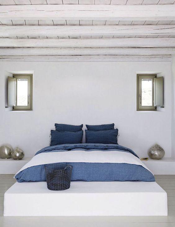 Quarto com cama de alvenaria e tijolo com acabamento branco