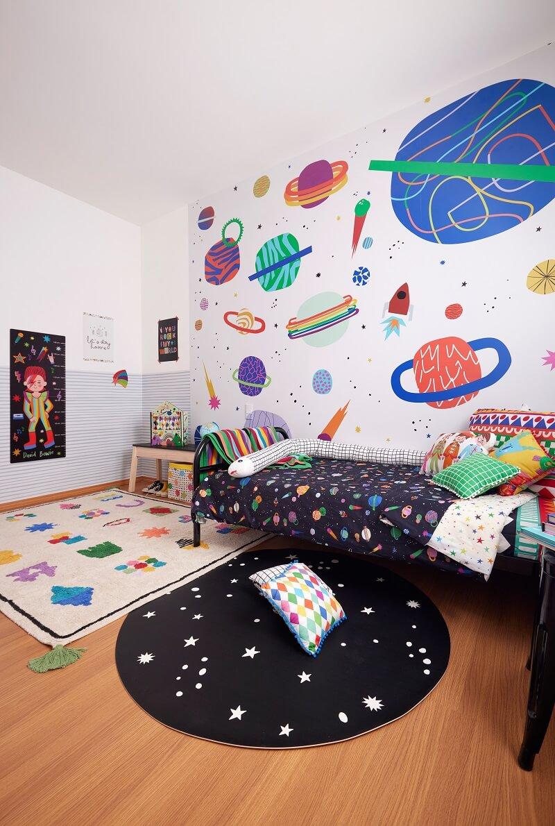 Quarto infantil decorado com painel de cosmos. Foto: Marcos Fertonani para MOOUI