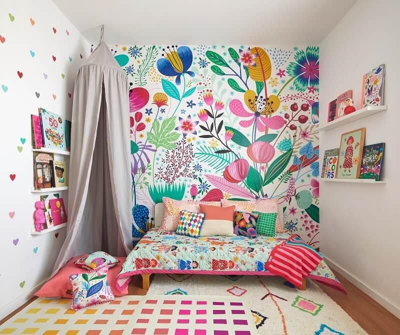 Quarto infantil decorado com papel de parede floral MOOUI. Foto: Marcos Fertonani para MOOUI