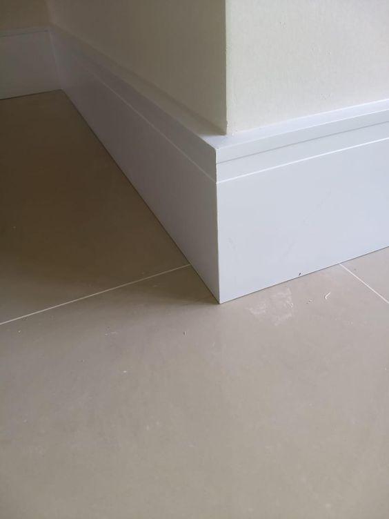 Rodapé de gesso para chão com piso de porcelanato bege