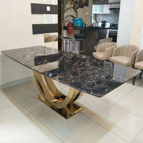 Sala classica com mesa de granito preto com estrutura dourada