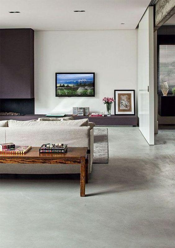 Sala com cimento queimado e móveis claros chiques