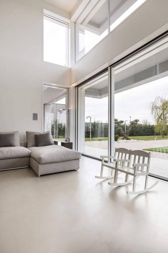 Sala com cores de porcelanato bege e móveis confortáveis