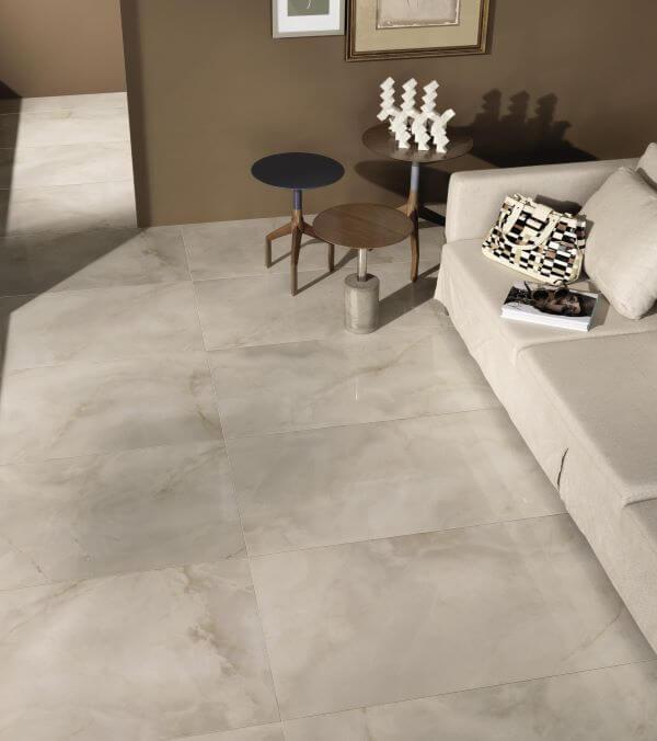 Sala com cores de porcelanato marmorizado