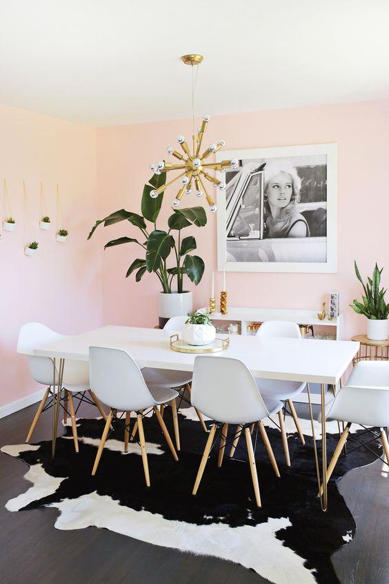 Sala com mesa de jantar branca de granito
