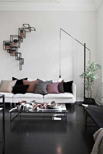 Sala com piso porcelanato preto fosco e sofá branco