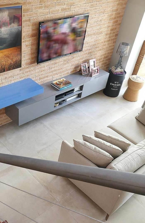 Sala com porcelanato cimento queimado em tons claros