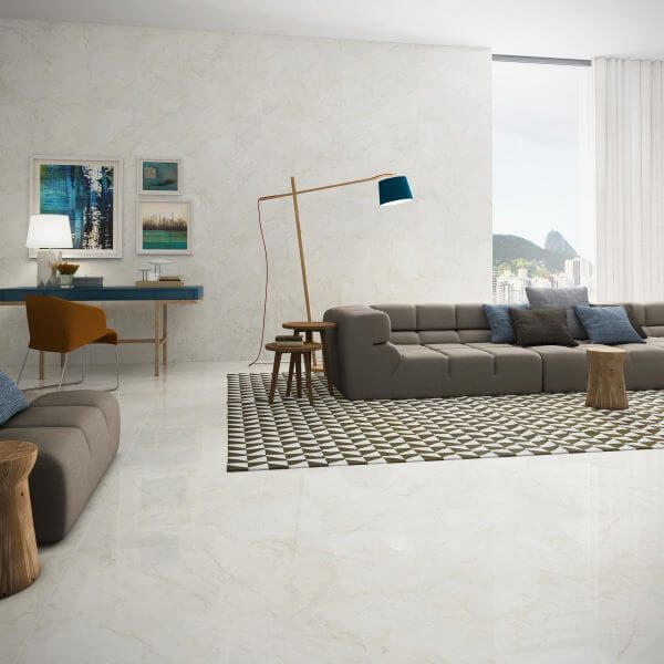 Sala de estar com cores de porcelanato branco