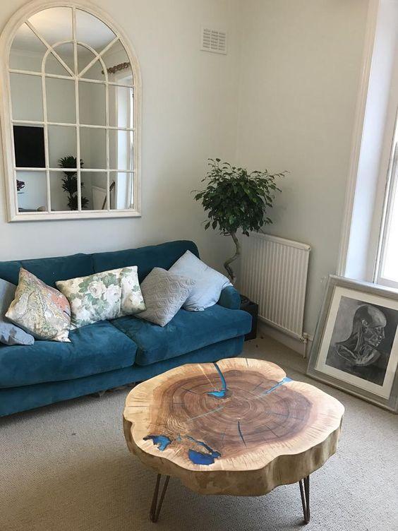 Sala de estar com mesa de centro rustica