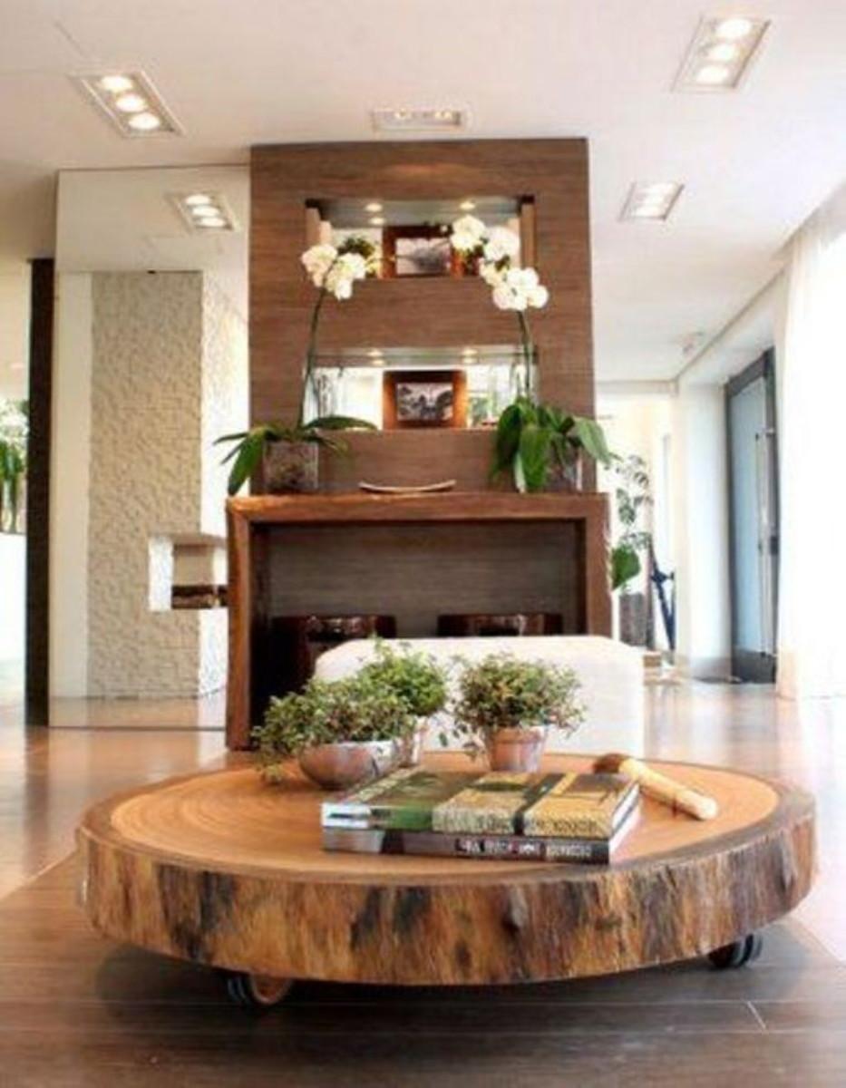 Sala de estar rustica com mesa de centro de madeira pequena