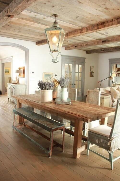 Sala de jantar com banco rustico