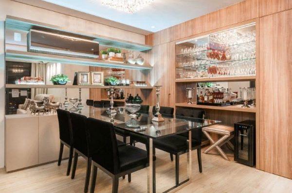 Sala de jantar com cristaleira de parede