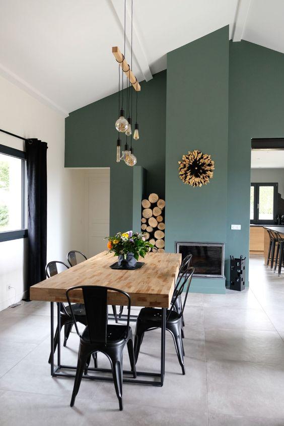 Sala de jantar com porcelanato cimento queimado com mesa de jantar de madeira