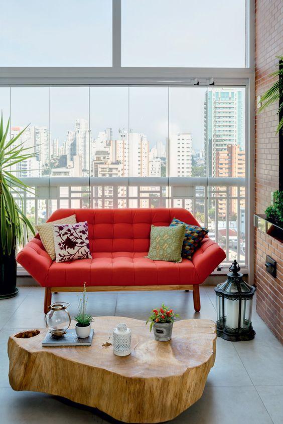 Sala moderna com mesa de centro rustica e sofá vermelho