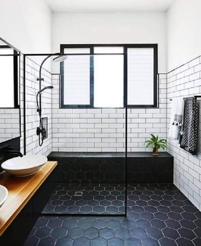 Se inspire nesse projeto de banheiro com piso fosco preto. Fonte: Pinterest