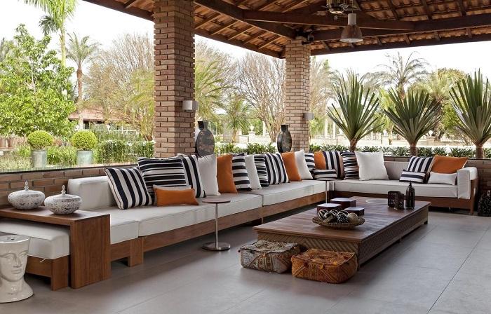 Terraço com mobiliário de madeira e piso fosco. Fonte: Léo Shehtman