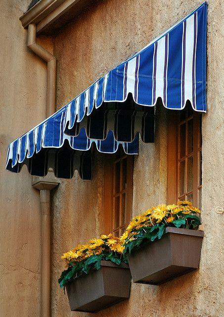 Toldo para janela branco e azul com floreira amarela