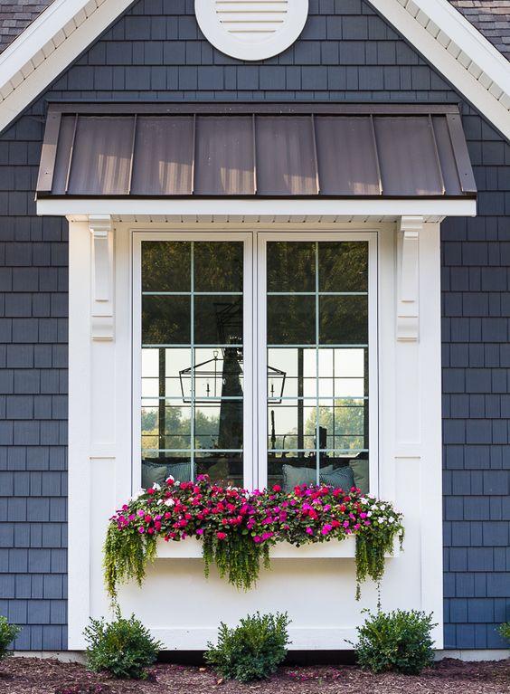 Toldo para janela com floreira pink