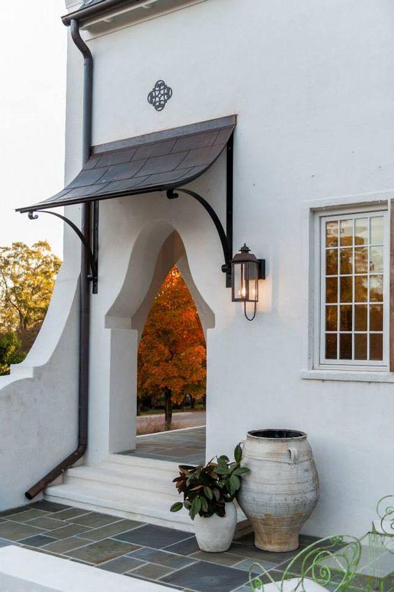 Toldo para janela na entrada de casa charmosa