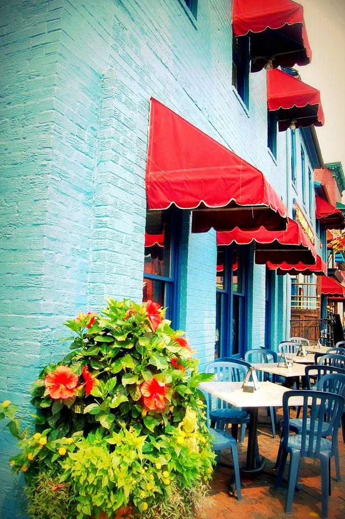 Toldo para janela vermelho com parede azul