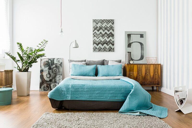 Troque alguns elementos, como abajures, tapetes, quadros e roupas de cama e renove a decoração do quarto durante a estação mais charmosa do ano. Foto: habitissimo.com