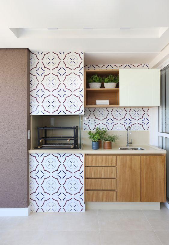 Varanda com churrasqueira de parede e papel de parede colorido
