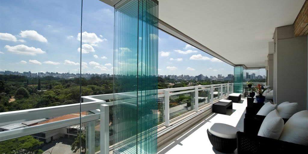 Varanda com cortina de vidro