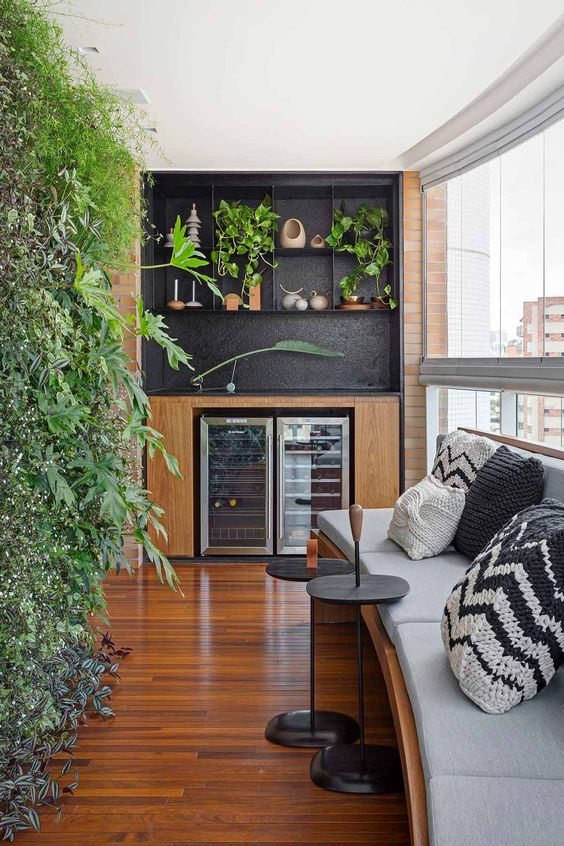 Varanda com cortina de vidro curva no apartamento urbano