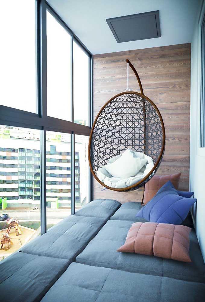 Varanda com cortina de vidro e sofá retrátil