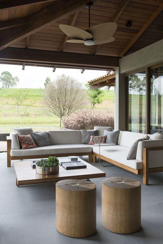 Varanda com móveis rústicos e conjunto de banco de madeira