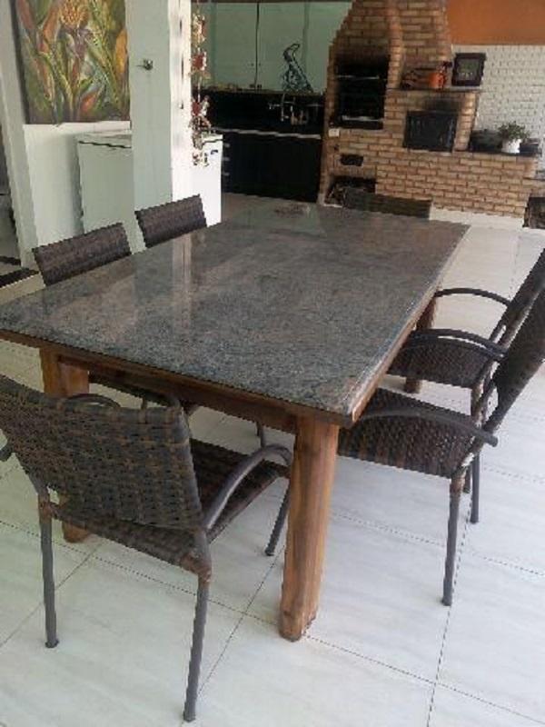 Varanda com mesa de granito marrom