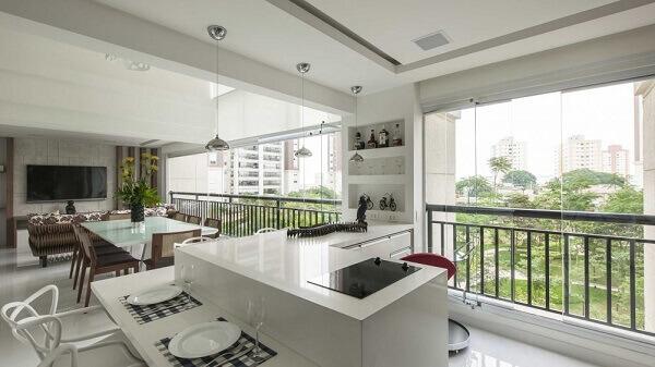 Varanda com vidro e móveis planejados