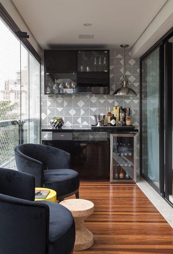 Varanda de vidro com móveis classicos