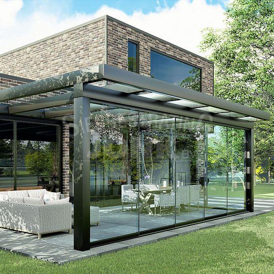 Varanda de vidro com móveis confortáveis
