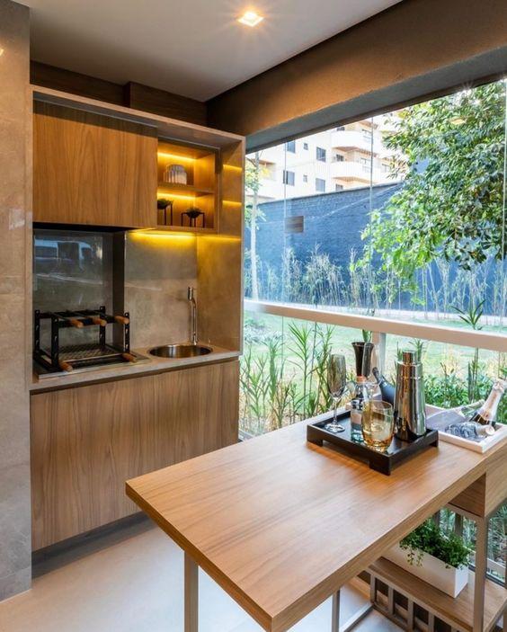 Varanda de vidro com móveis de madeira
