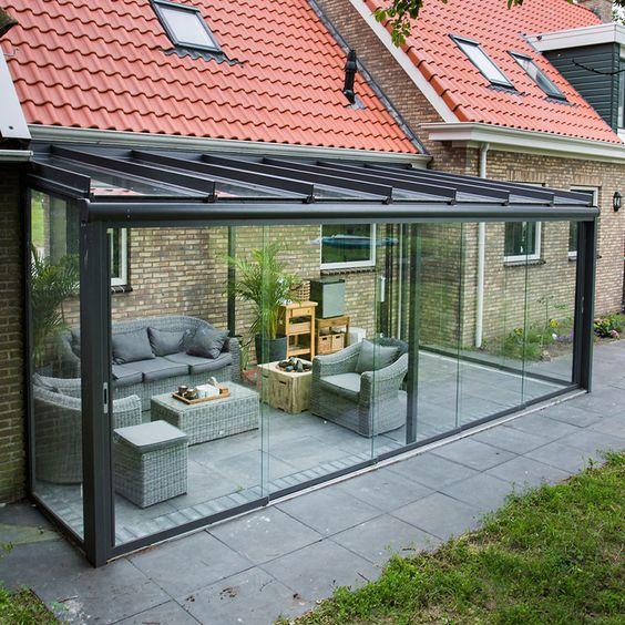 Varanda de vidro com sofá cinza
