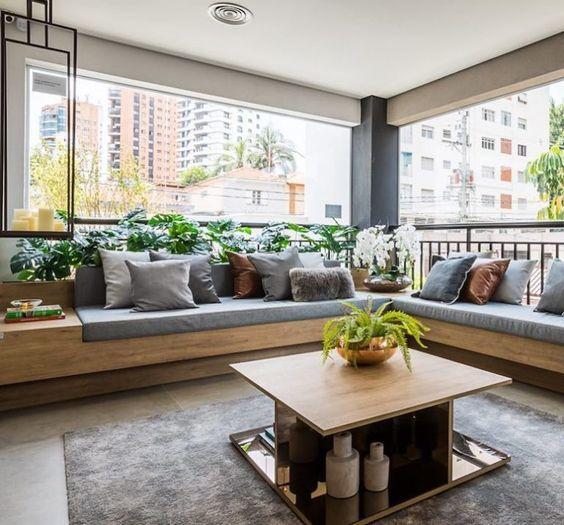 Varanda de vidro com sofá cinza de canto
