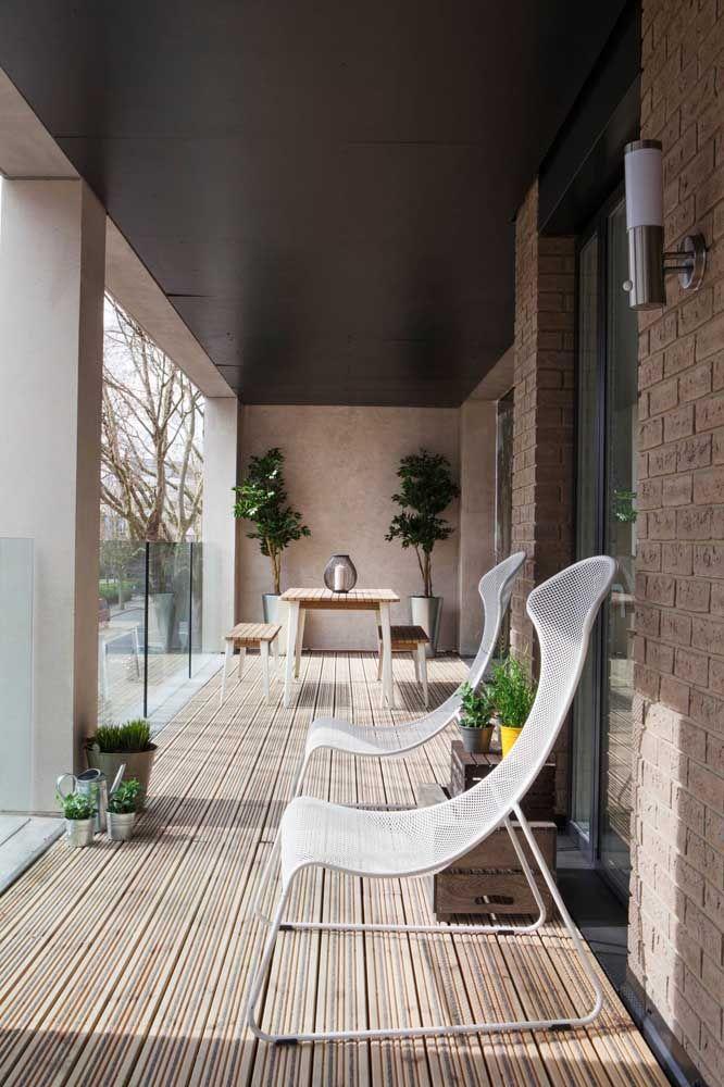Varanda de vidro e cadeiras brancas