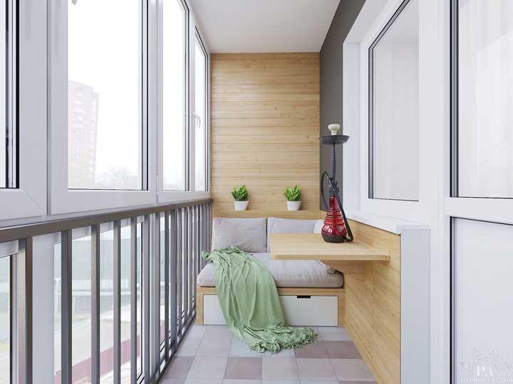 Varanda de vidro e móveis de madeira
