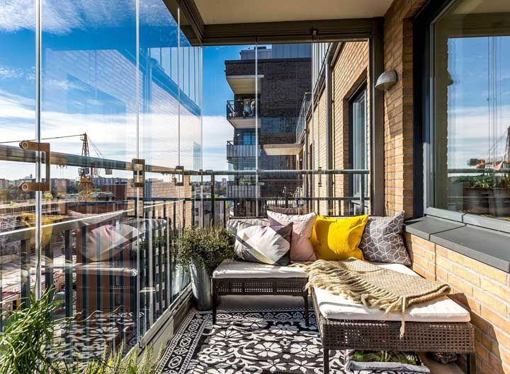 Varanda de vidro no apartamento decorado e pequeno
