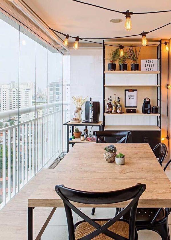 Varanda gourmet com cortina de vidro e móveis rústicos