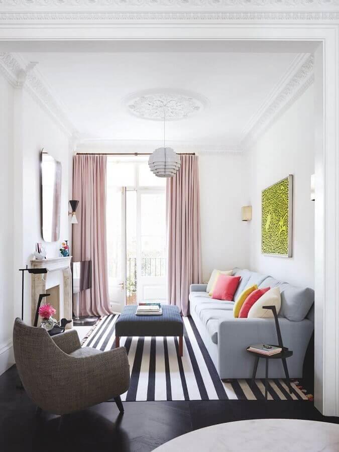 almofadas coloridas e tapete listrado para decoração de sala de visita simples Foto Pinterest