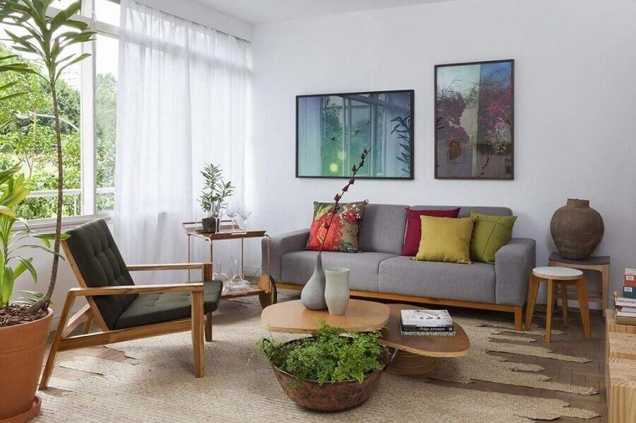 almofadas coloridas para decoração de sala de visita com móveis de madeira Foto Pinterest