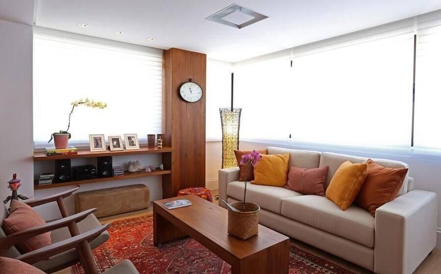 almofadas coloridas para decoração de sala de visita bege com poltronas de madeira Foto Fernanda Renner