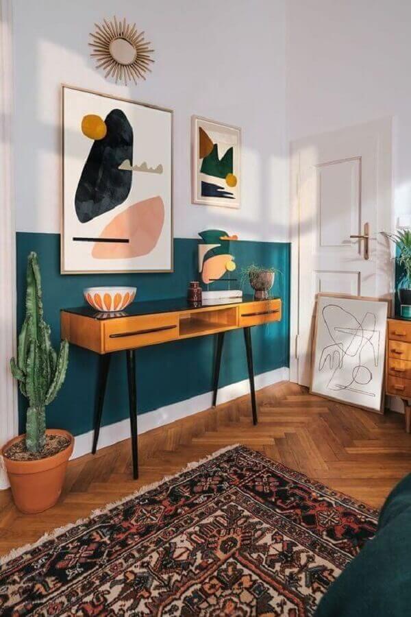 aparador para hall decorado com meia parede verde escuro Foto Behance