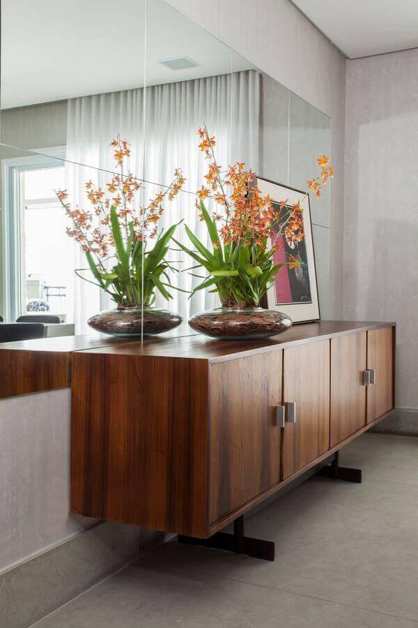 armário buffet de madeira para sala de jantar decorada com parede espelhada Foto A Gazeta