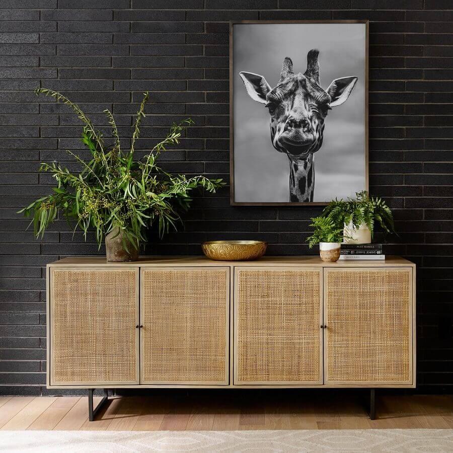 armário buffet de madeira para sala de jantar decorada com parede preta  Foto McGee & Co.