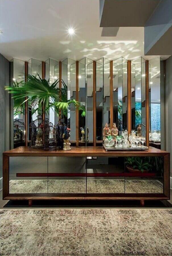 armário buffet espelhado para decoração de sala de jantar sofisticada  Foto Jeito de Casa